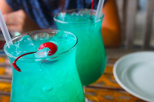 coctel-blue-hawaii-receta-y-500x330